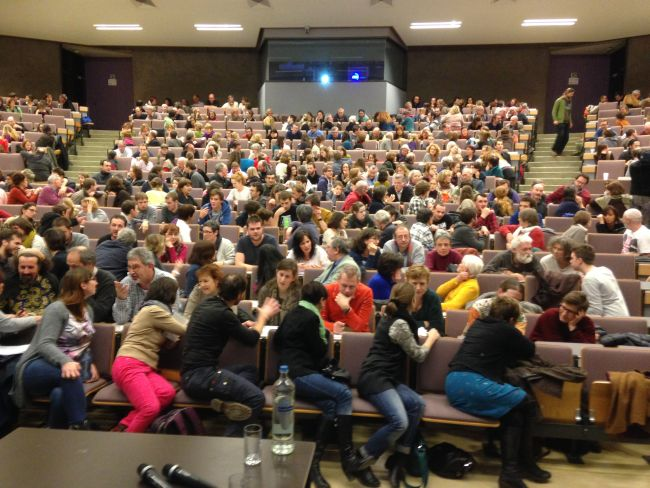 What it looks like when 650 people turn to the person next to them to introduce themselves.