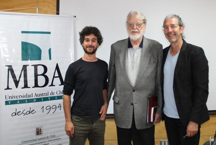 """De Derecha a izquierda: Ronald Sistek, Manfred Max-Neef y Juan del Río, en la conferencia """"Historias de transición para un nuevo paradigma económico"""" realizada en la Universidad de Valdivia. Foto: Juan del Río"""