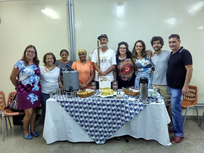 Miembros Transition Brasilandia mostrando los productos de una de sus empresas sociales. Foto: Juan del Río