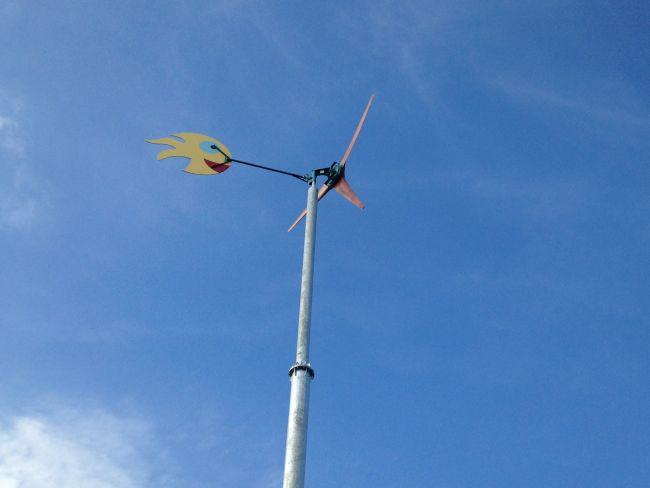 Éolienne en place et en production.  La partie arrière a été peinte par les enfants des écoles du village.