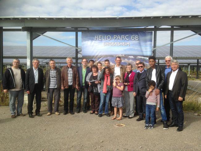 Avec les notables et les enfants des écoles locales.