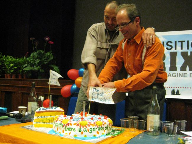 Transition Network's Ben Brangwyn cuts the cake with Duncan at the 2008 Unleashing of TTB.